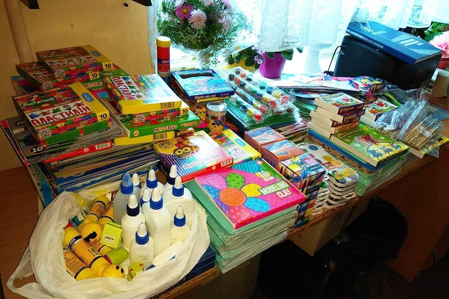 Зібрані канцелярські товари для дитячого будинку