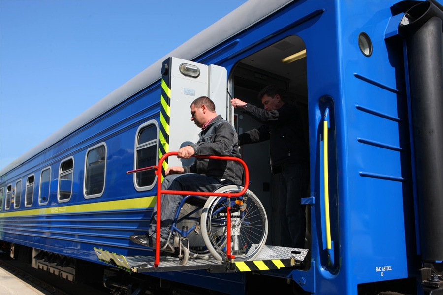 Подъемное устройство для посадки инвалида в инвалидном кресле с низких платформ