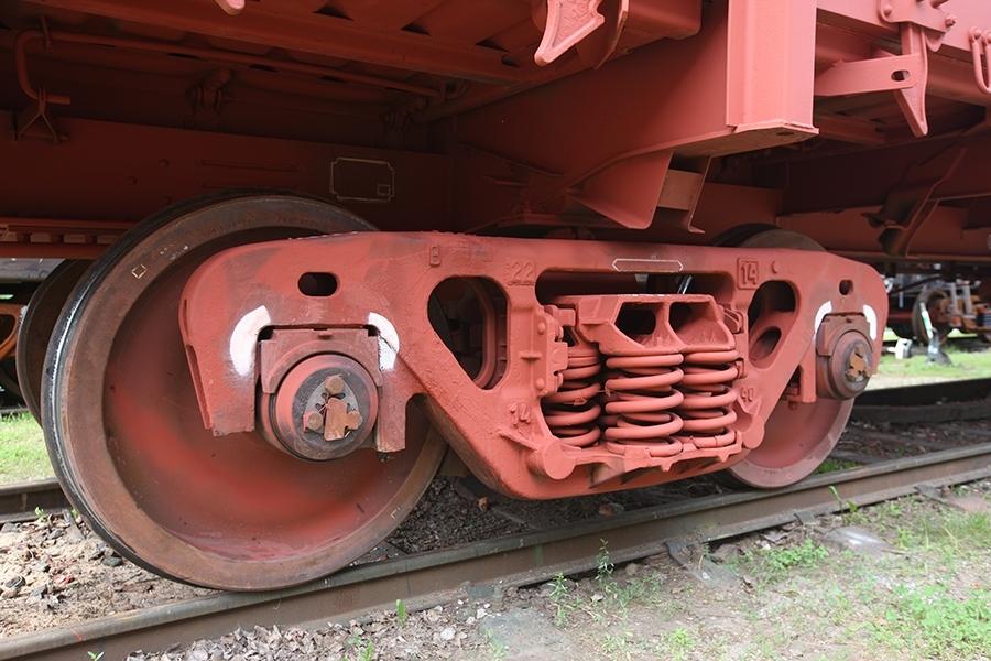 Применяется двухосная тележка модель 18-7033 тип 3