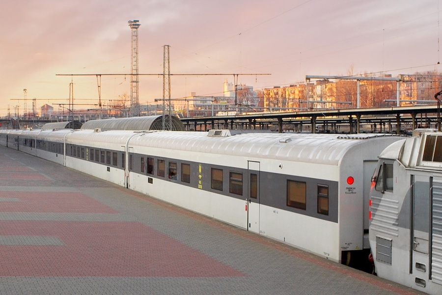 Скоростной межрегиональный поезд локомотивной тяги постоянного формирования