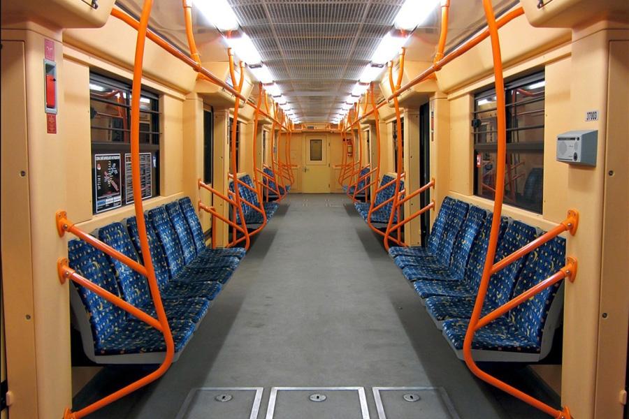 Интерьер вагона электропоезда метро мод. 81-7037