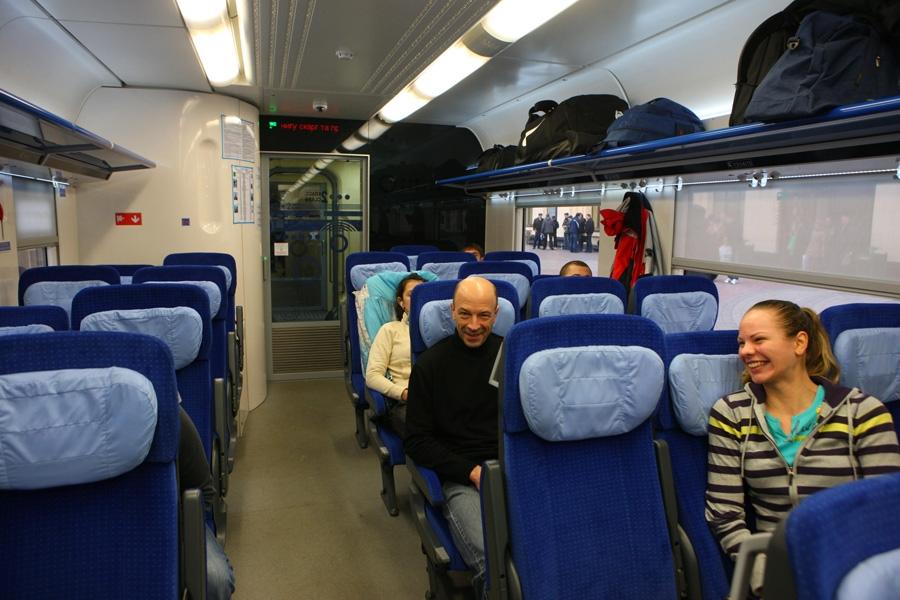 Швидкісний міжрегіональний поїзд локомотивної тяги постійного формування